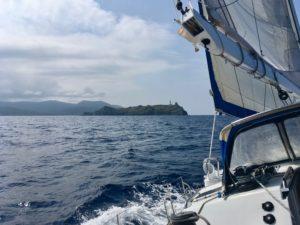 Vue sous le vent du Feeling 546, avec au loin l'île de la Giraglia avec son phare, et en arrière-plan le Cap Corse.