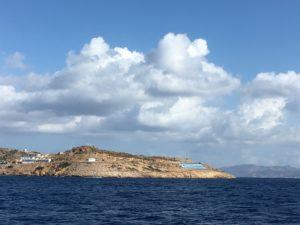 Un immense drapeau grec est peint à même les rochers de l'île.