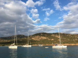 Soleil couchant sur les bateaux au mouillage dans l'anse de Roccapina.